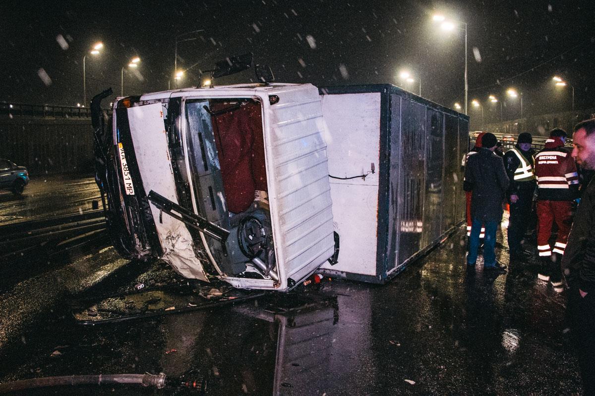 По словам очевидца, TATA ехала по шоссе в сторону центра и водитель решил объехать помеху справа