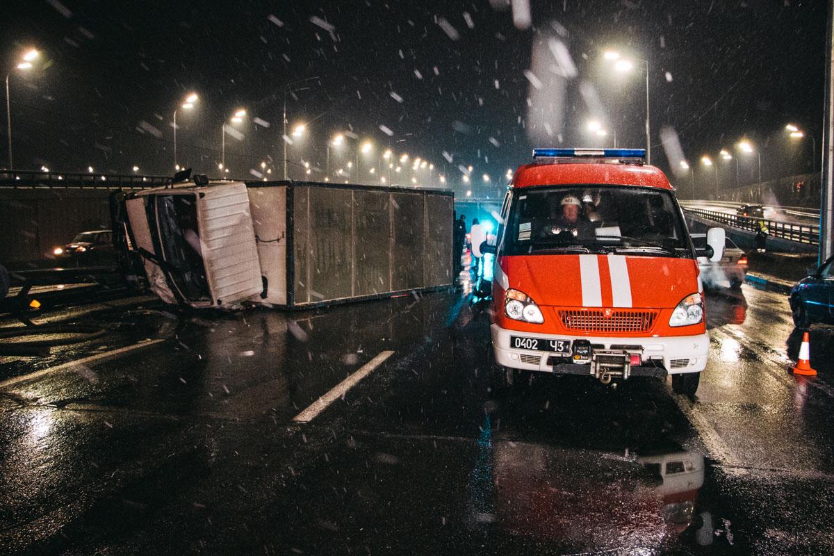 Две полосы движения перекрыли, поэтому на Надднепрянском шоссе в сторону Южного моста образовалась серьезная пробка