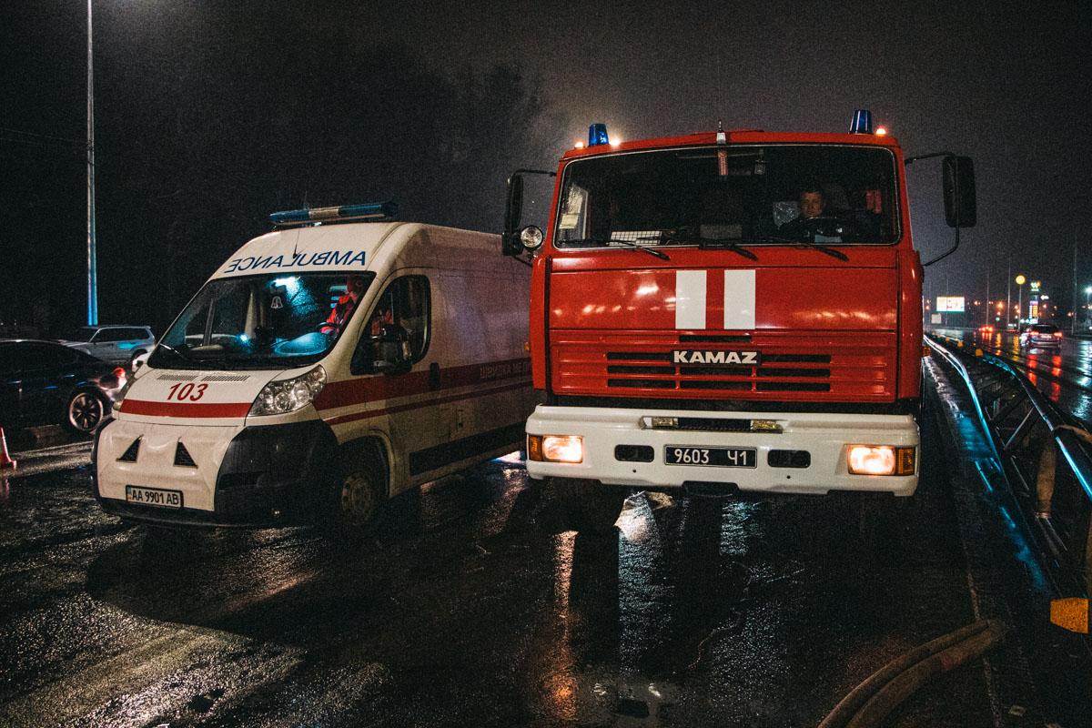 Спасатели деблокировали тело погибшего из салона, медики констатировали смерть