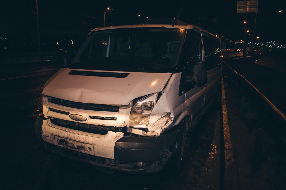 В Киеве на Северном мосту оторвавшаяся часть деформационного шва стала причиной ДТП