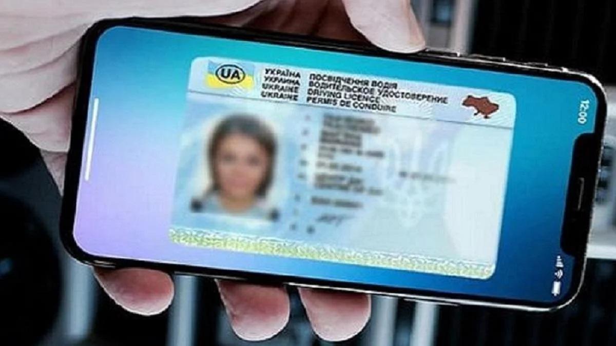 Теперь водительские права и техпаспорт можно не брать с собой, храня их в смартфоне