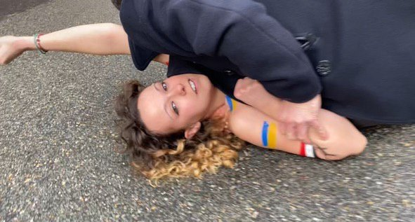 Активисток движения Femen, видимо, остановили и повалили на землю. Фото: Telegram Андрея Павловского