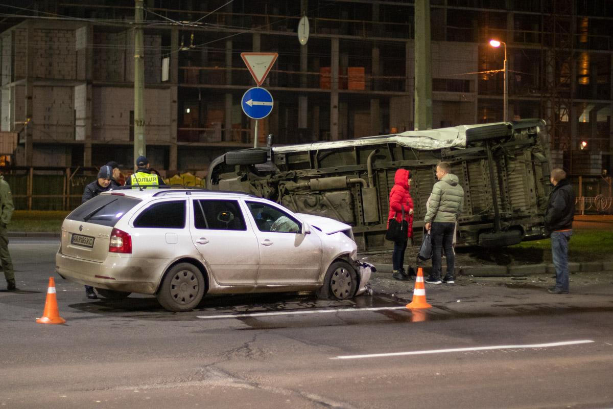 В ночь на 22 декабря в Киеве по адресу проспект Романа Шухевича, 5 произошло ДТП с опрокидыванием