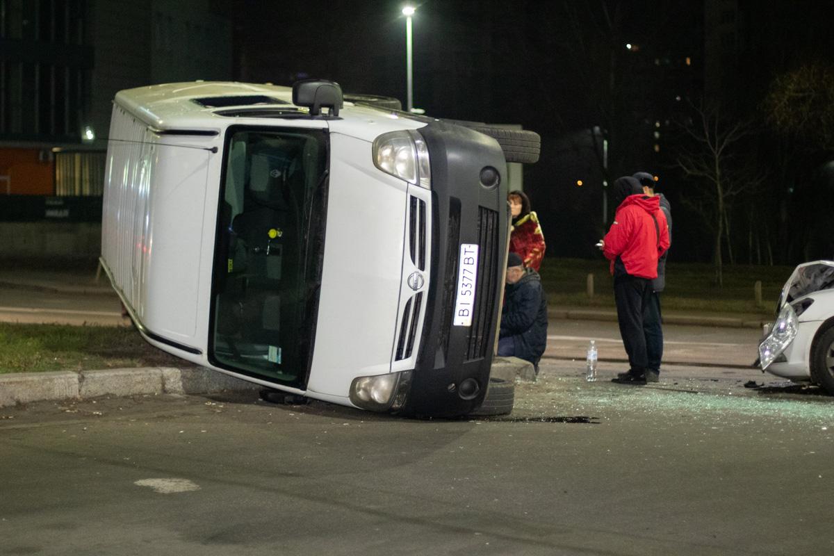 Столкнулись микроавтобус Nissan и Skoda Octavia