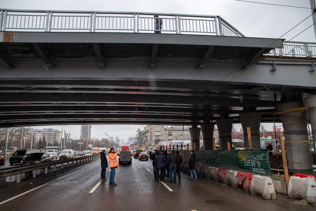 Виталий Кличко вместе со строителямистояли прямо под мостом, когда на путепровод заехали восемь грузовиков