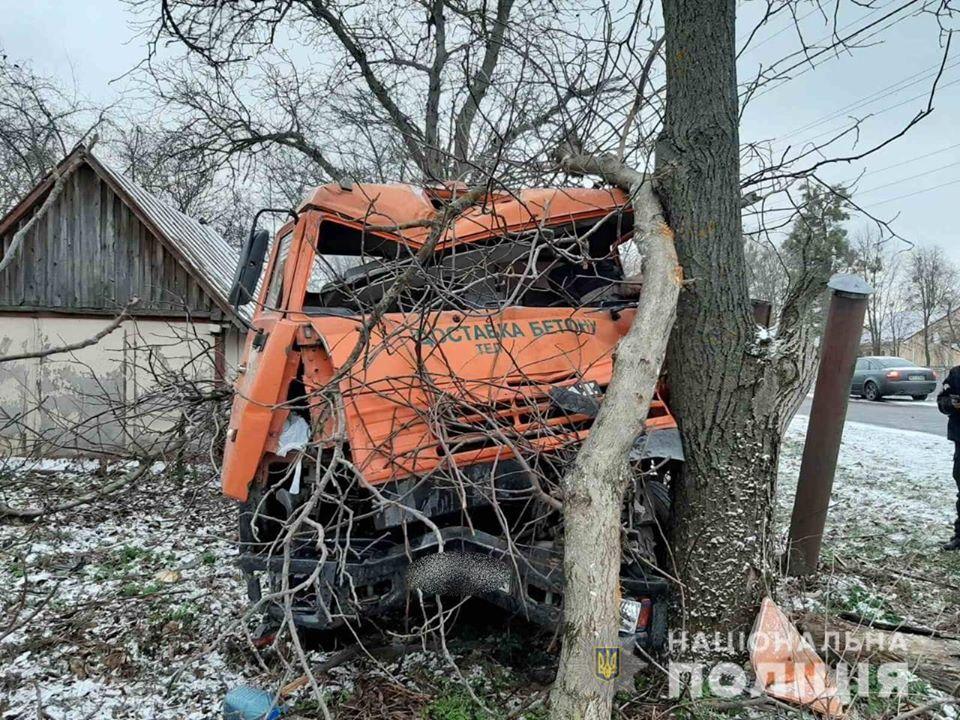 Бетономешалка влетела в дерево. Водитель погиб