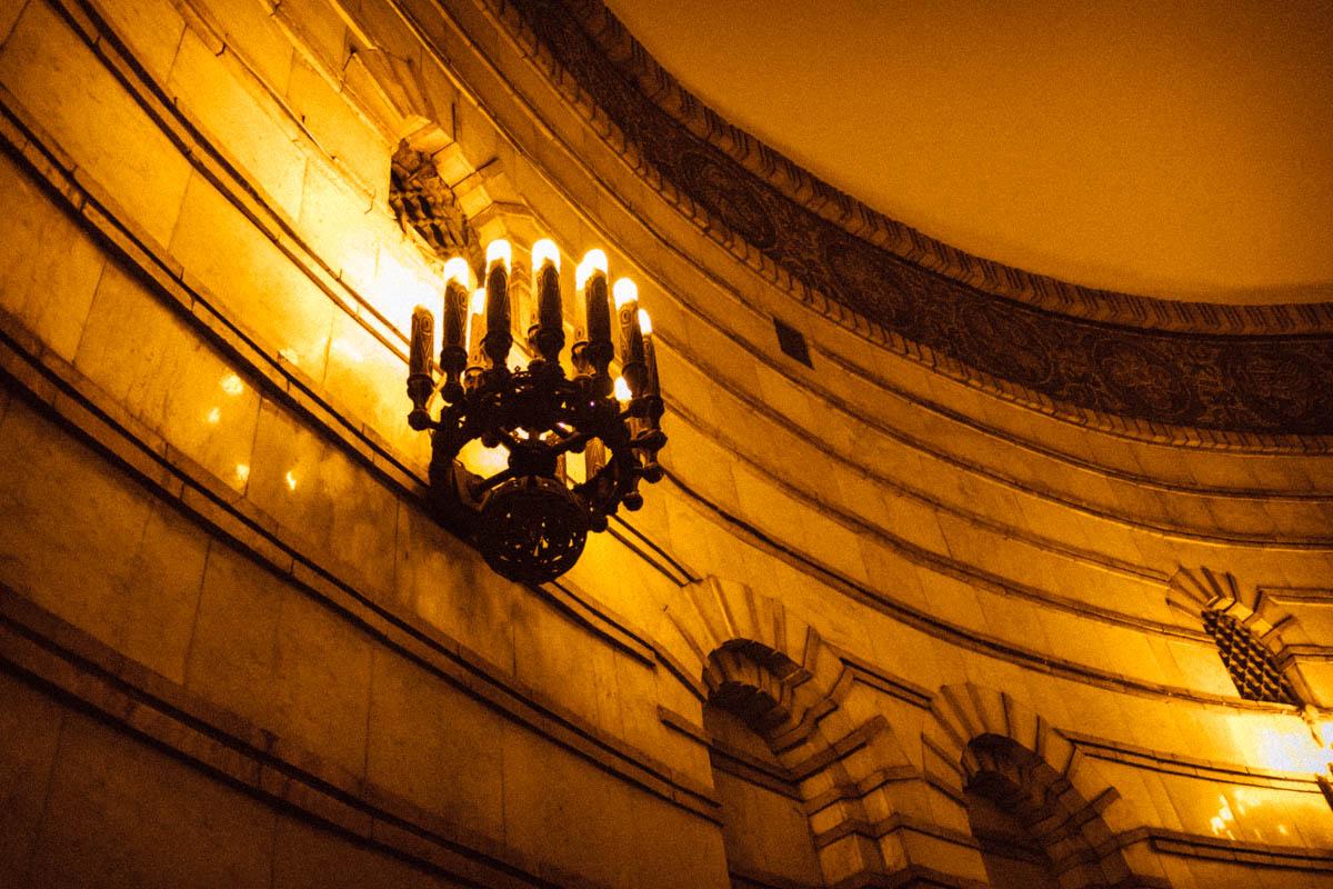 На общую атмосферу работают и такие люстры с лампами-свечами