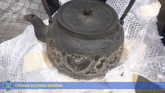 Иностранец, который проживал в Украине, заказал в Японии артефакты, которые незаконно задекларировал как бытовые товары