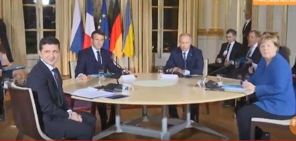 Представители стран сели за стол. Начался саммит.
