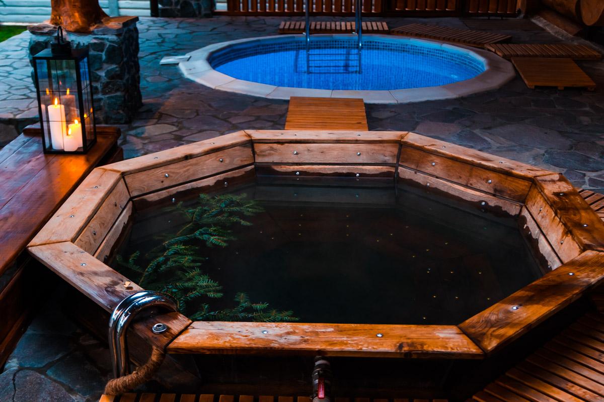 Вас ожидают прогрев в артезианской воде, солевое растирание, купание в травах, контрастные процедуры, прогрев (купание в чане), мыльно-березовое очищение