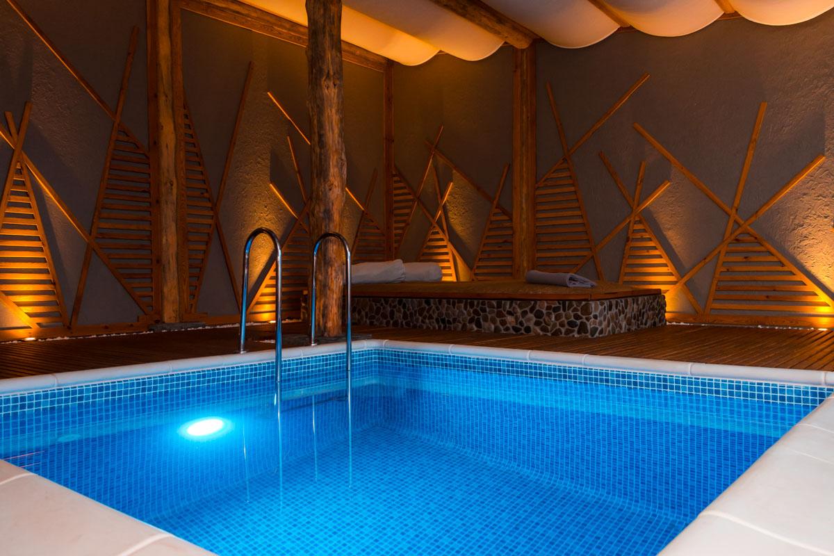 Домики сделаны из дерева, есть душевые, где вы можете освежиться с помощью ведра-водопада, сенные комнаты, где после всех процедур можно на мгновение забыться в сладком сне