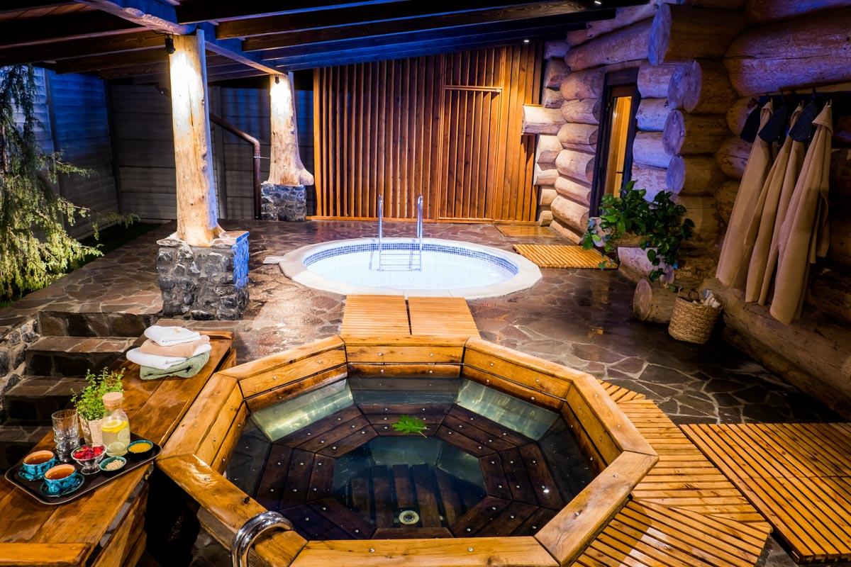 Чан здесь находится на территории отдельного домика и процедуры тоже рассчитаны непосредственно для тех, кто вместо бани выбрал отдых в купели
