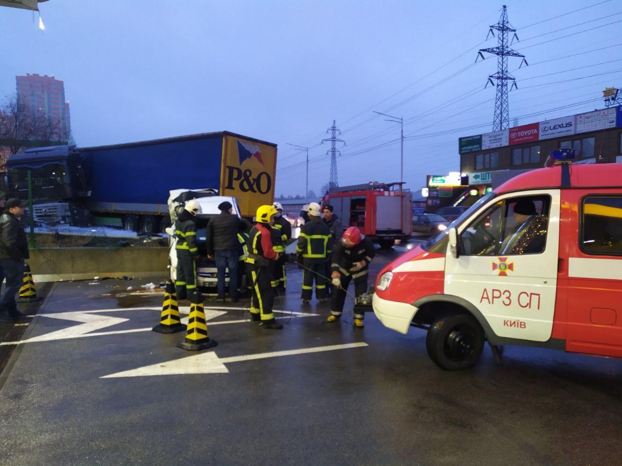 В Киеве фура влетела на заправку и перевернула Hyundai