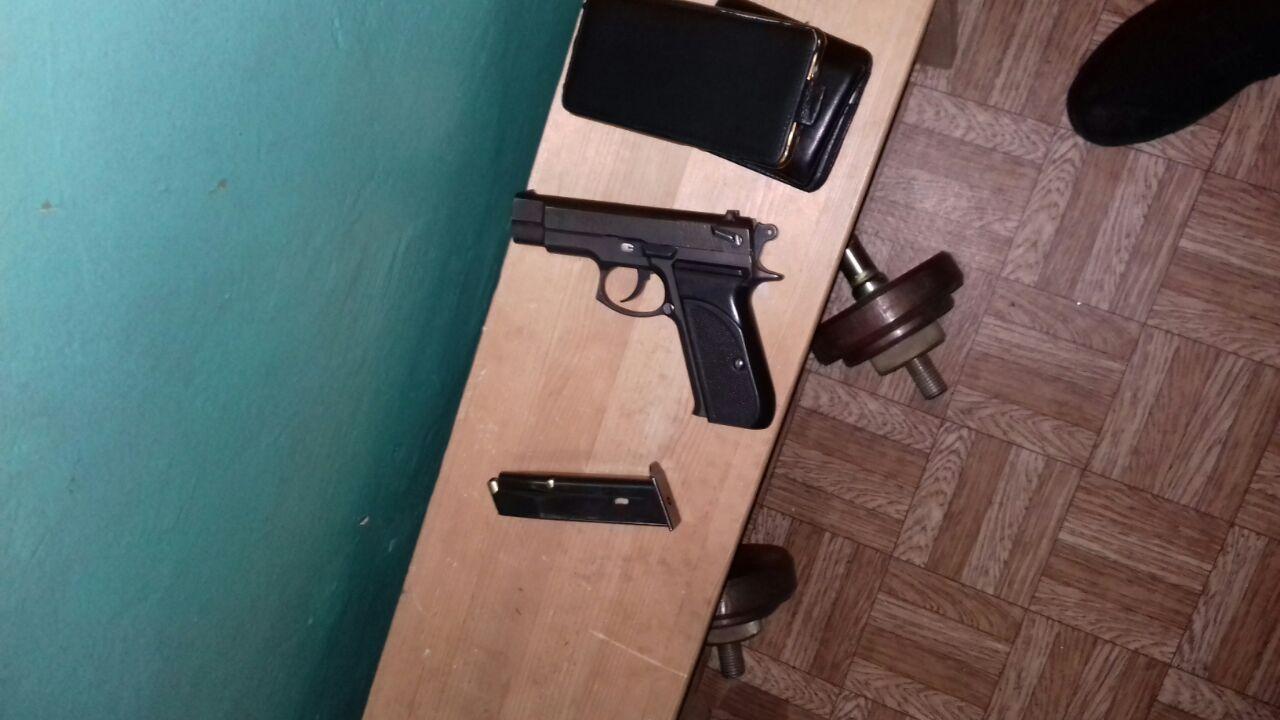 Когда приехали полицейские, то мужчина открыл двери и приставил пистолет к голове полицейского
