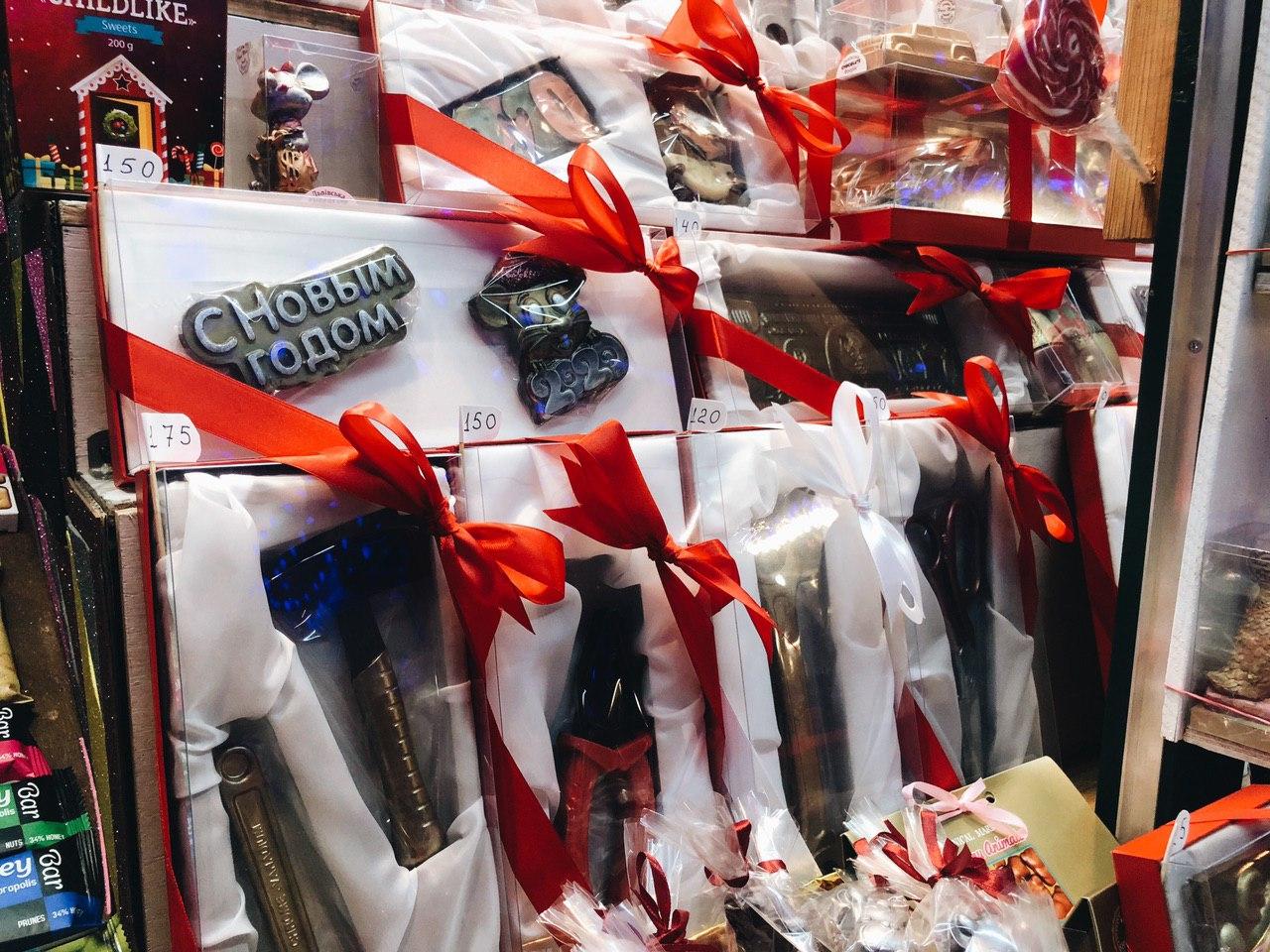 А это все шоколадные наборы, которые можно презентовать, например, папе или дедушке