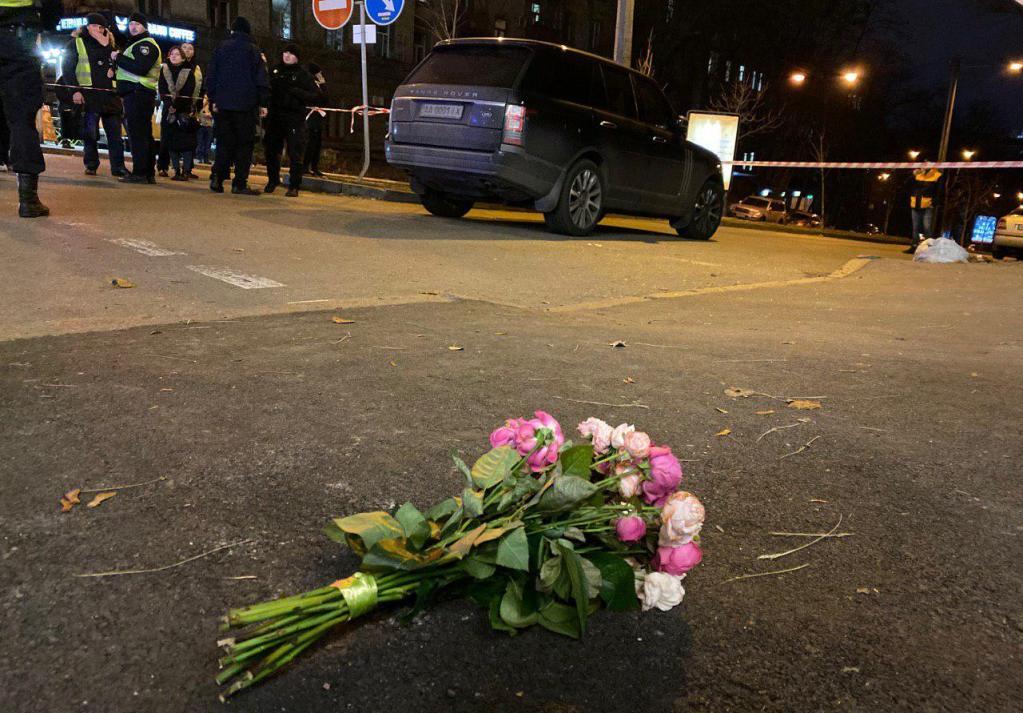 На месте происшествия появился букет цветов. Сам Соболев убеждал полицейских, что цветы появились сразу же после выстрела