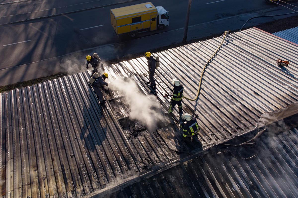 Известно, что из здания, которое находится рядом, из офисов эвакуировали 40 человек