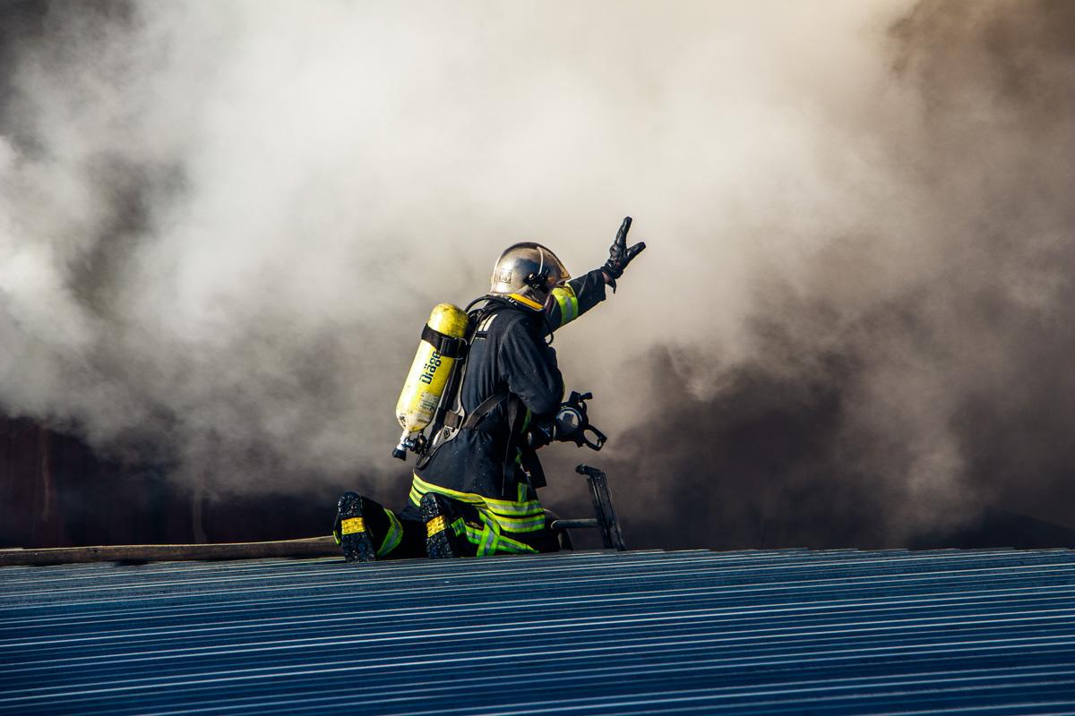 Люди, которые работают в соседних зданиях, рассказали, что сначала услышали хлопок, а выглянув в окно, увидели дым