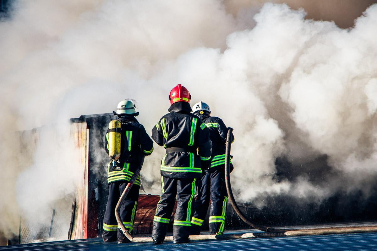 В пятницу, 6 декабря, в Киеве на проспекте Победы загорелись складышвейной фабрики «Каштан»
