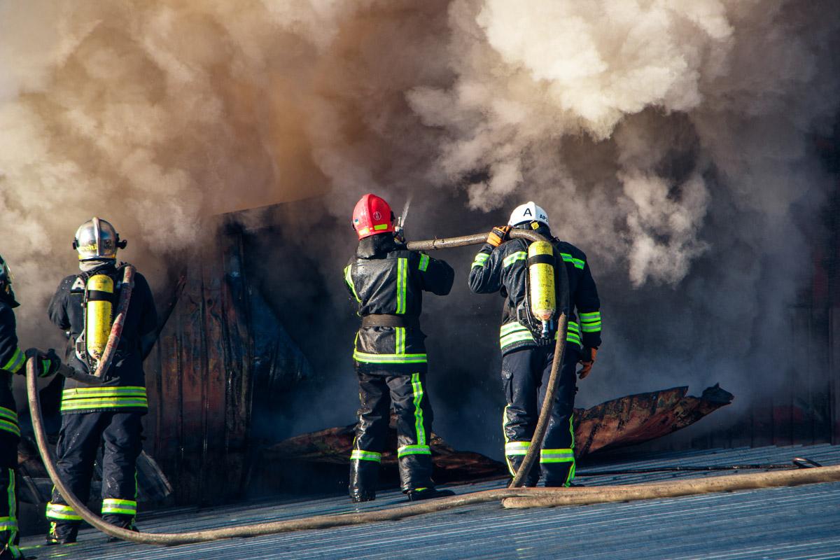 На месте происшествия работает 8 единиц основной и специальной пожарно-спасательной техники, а также 32 огнеборца