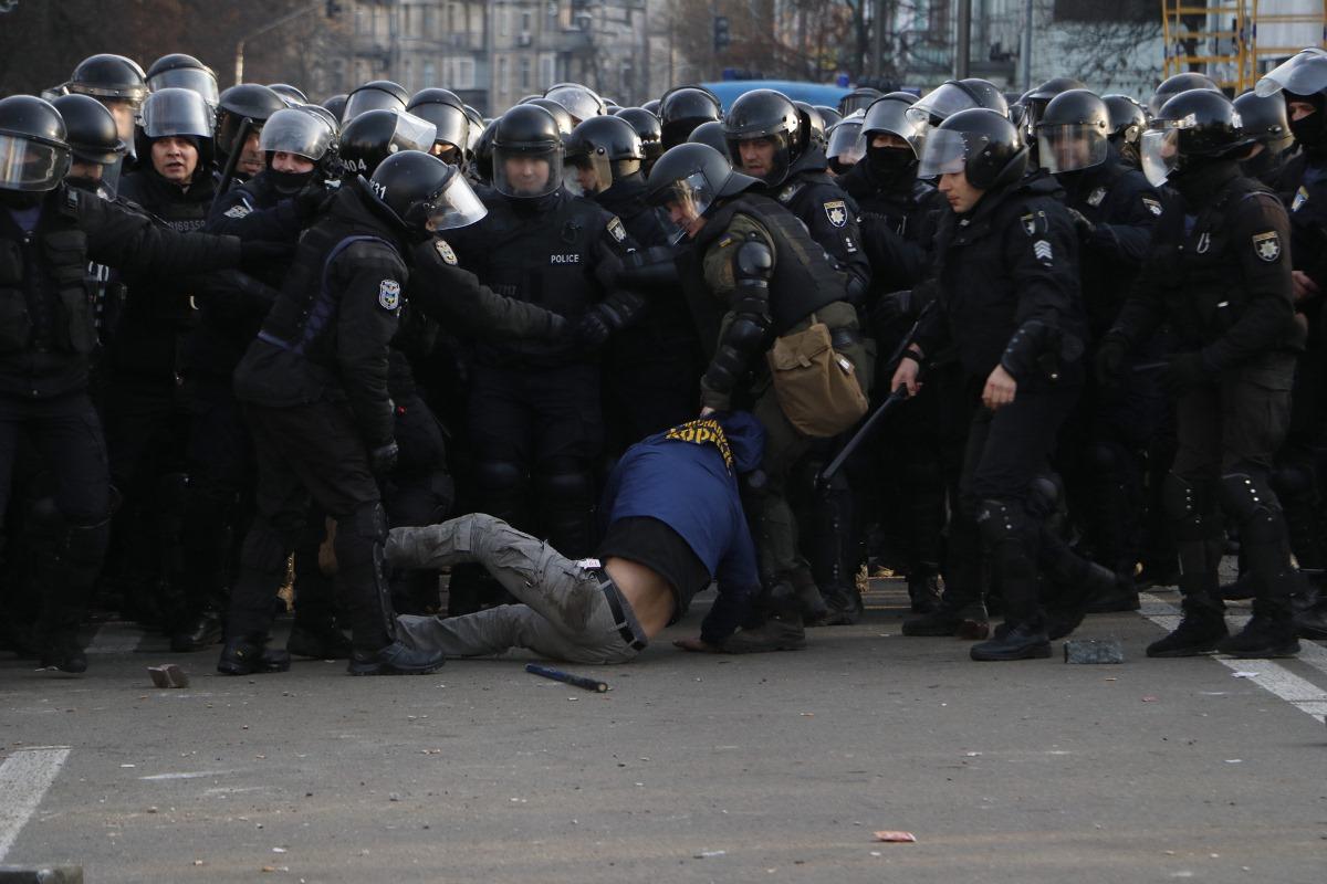 Во время протестов под Верховной Радой произошло несколько стычек с полицейскими