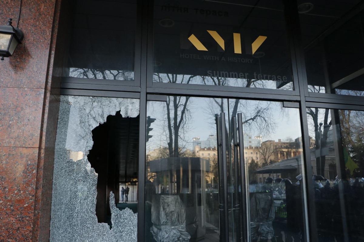 """В отеле """"Киев"""", который находится неподалеку, разбили фасад"""