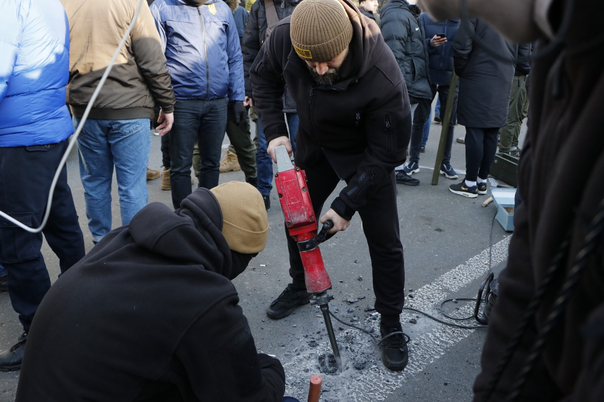 Активисты в свою очередь придумывали разные способы борьбы. К примеру, в поисках камней они разбирали брусчатку и дробили асфальт