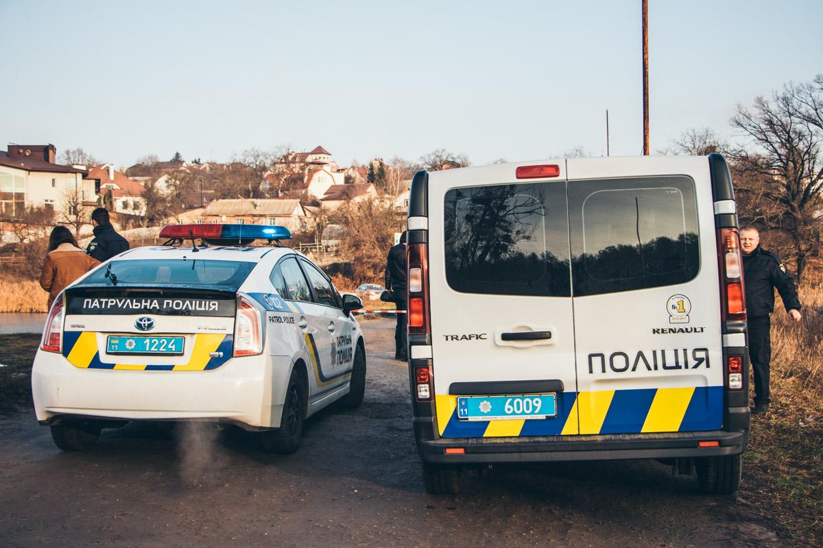 На месте работали экипажи патрульной полиции, следственно-оперативные группы и судмедэксперты