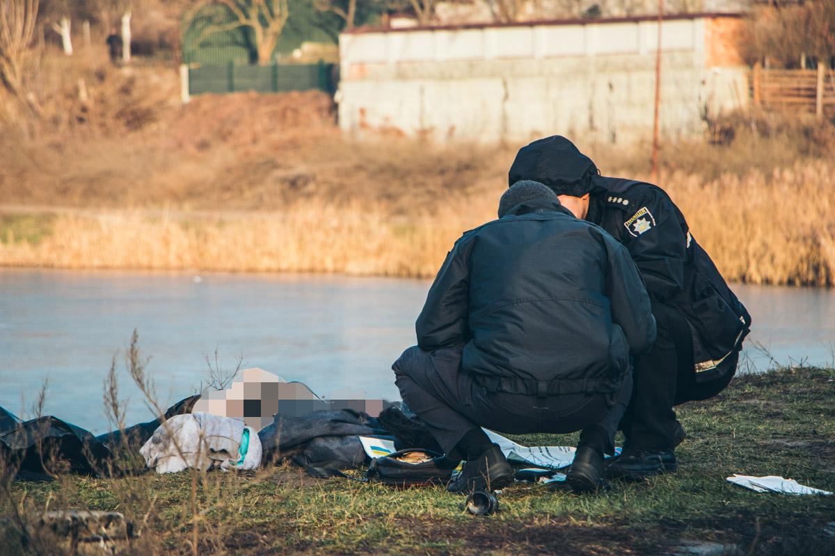 Тело девушки нашли в кустах возле пруда