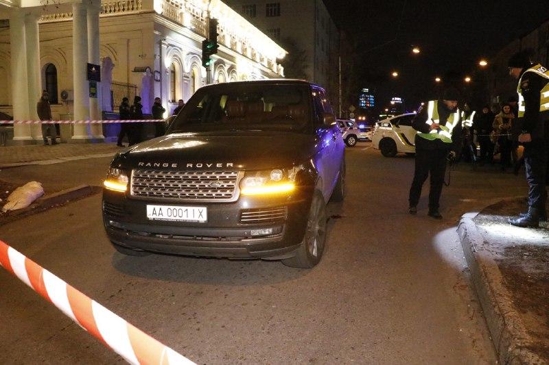 1 декабря в самом центре Киева неизвестные открыли огонь по автомобилю Range Rover черного цвета