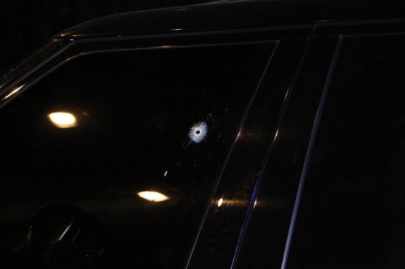 Сводительской стороны на переднем боковом стекле Range Roverвидны последствия выстрела