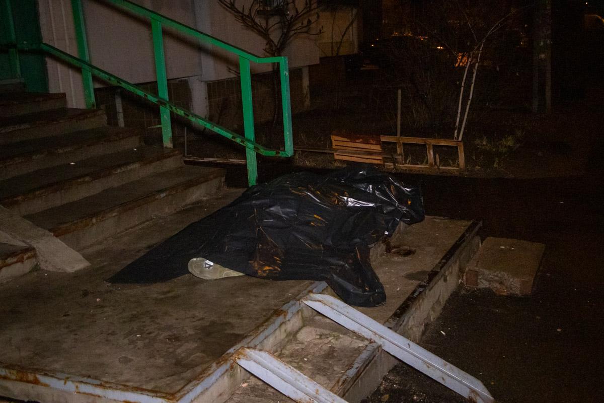 В Киеве на Троещине мужчина выпал с балкона высотки