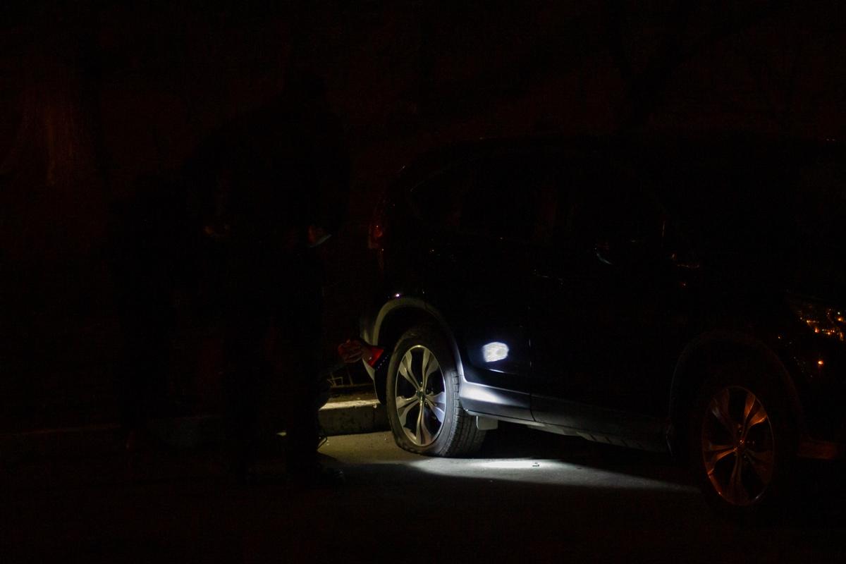 Взрыв случился в районе заднего колеса автомобиля
