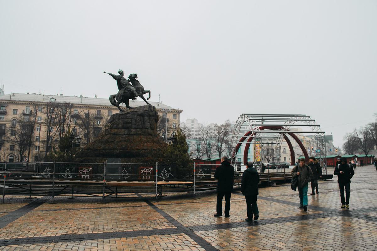Пока что главная новогодняя локация страны выглядит максимально серо и тленно