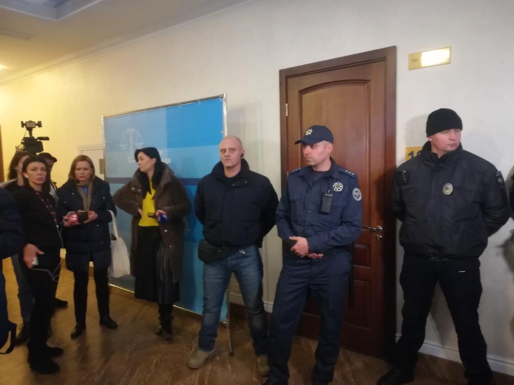 Вход в зал охраняют, заседание - закрытое