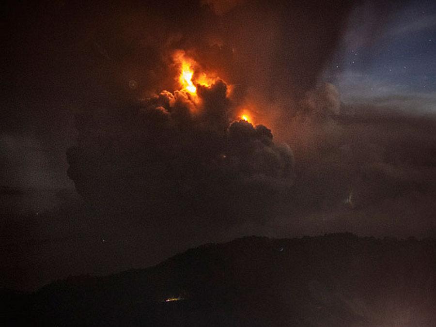 В Филиппинах разбушевался вулкан. Аэропорт закрыли, людей эвакуируют