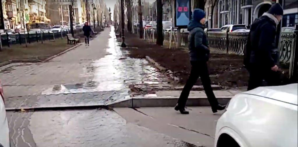 13 января на бульваре Шевченко, возле перекрестка с улицей Симона Петлюры, затопило часть улицы