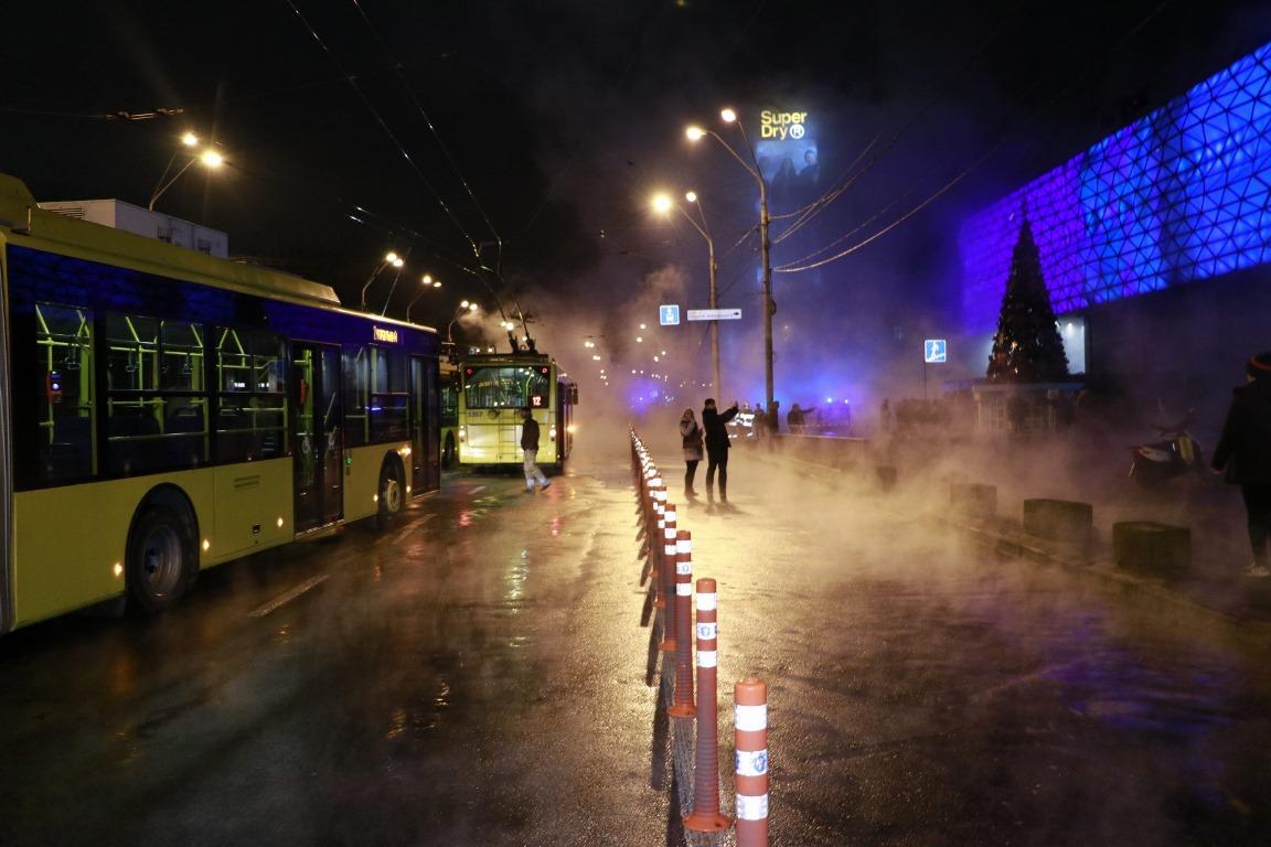 Весь общественный транспорт в результате прорыва остановился