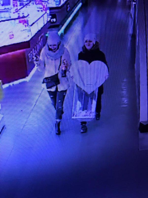 Как сообщают охранники ТЦ, женщины похитили ящик для пожертвований