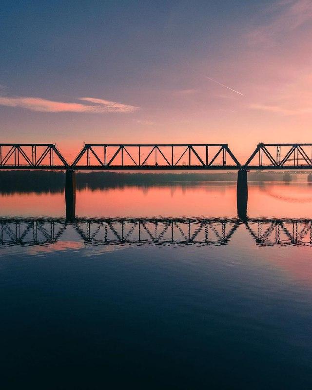 Небо разукрасило Петровский железнодорожный мост. Фото: @fantakr