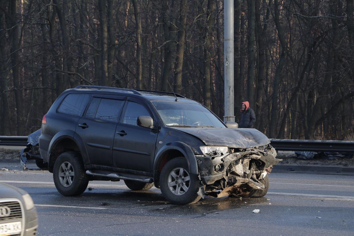 Предварительно, водительMitsubishi потерял управление, его начало носить по дороге и он вылетел на встречную полосу