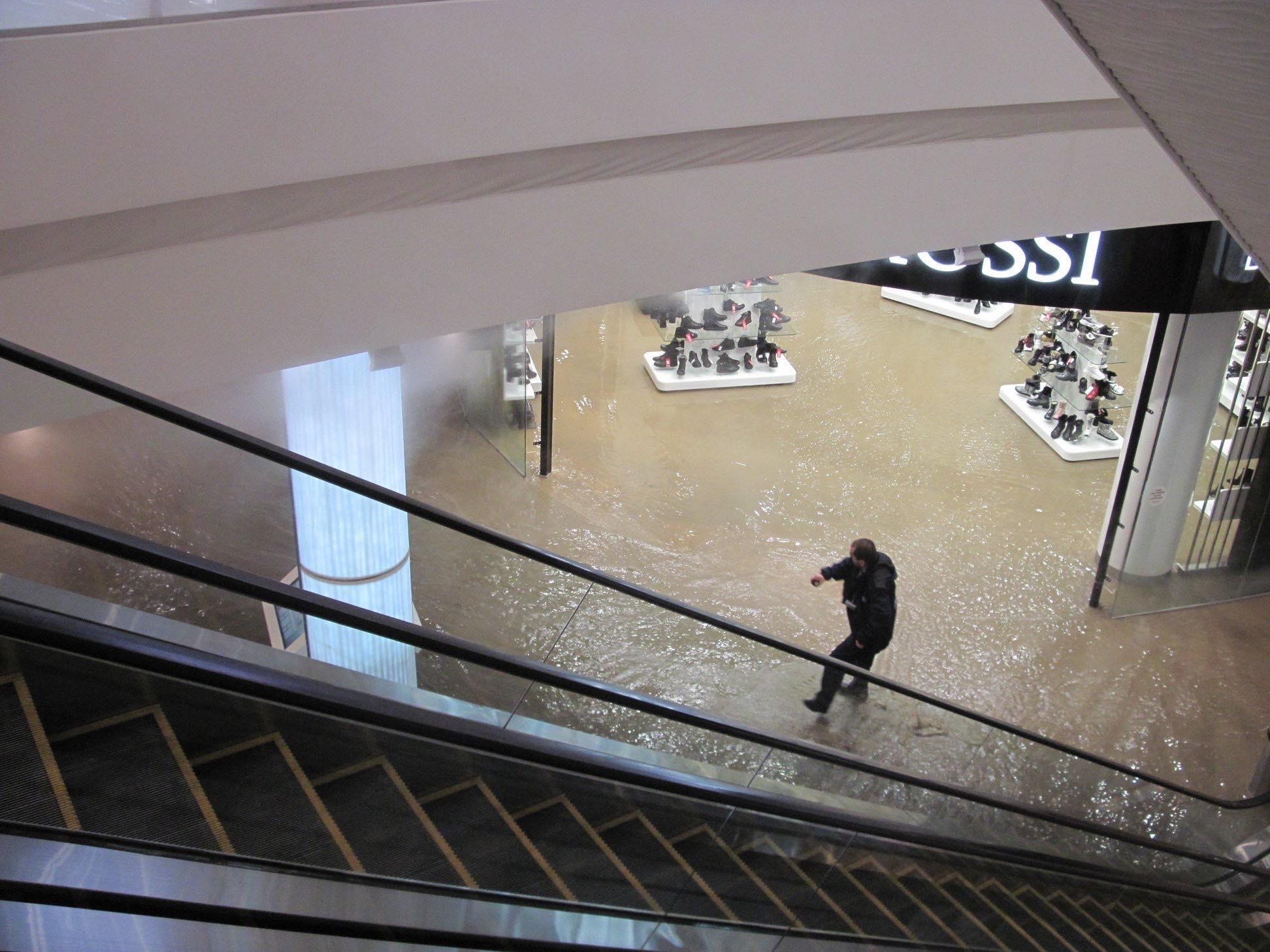 У посетителей, которые находились на первом этаже паники не было, они наоборот с интересом наблюдали за происходящим