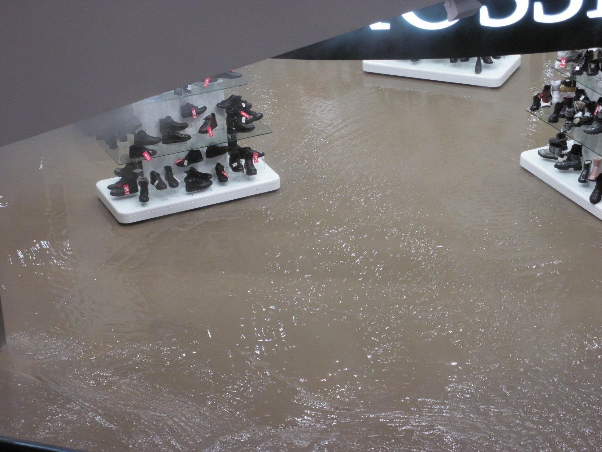 Все три этажа торгового центра окутал пар, а вода некоторое время продолжала заполнять нулевой этаж
