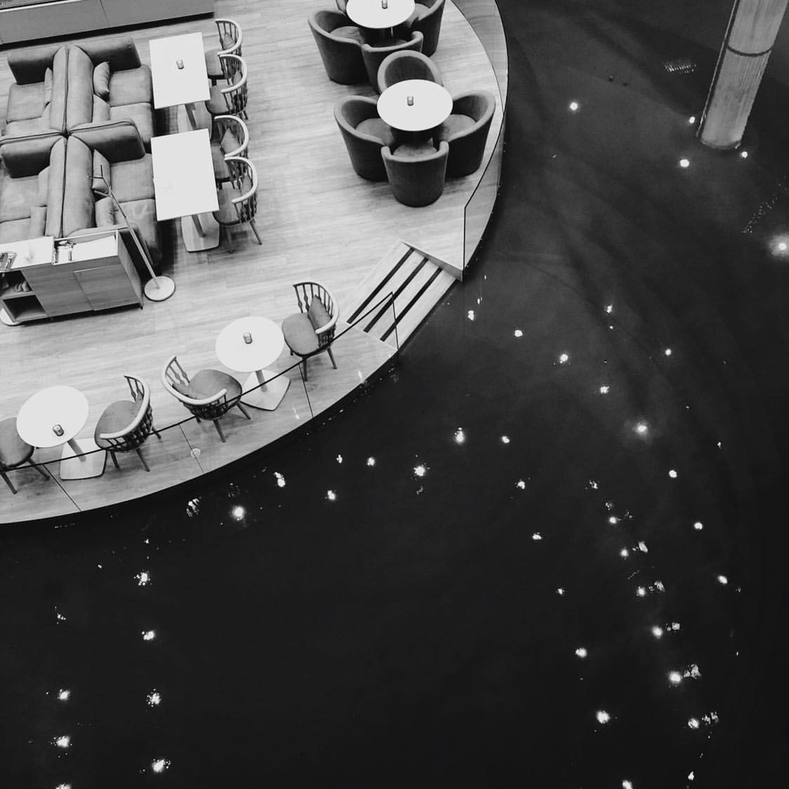 """Очевидцы такого зрелища очень быстро распространили видео и фото изOcean Plaza, который оказался """"по уши"""" в воде. Фото: @ng_rowphoto"""