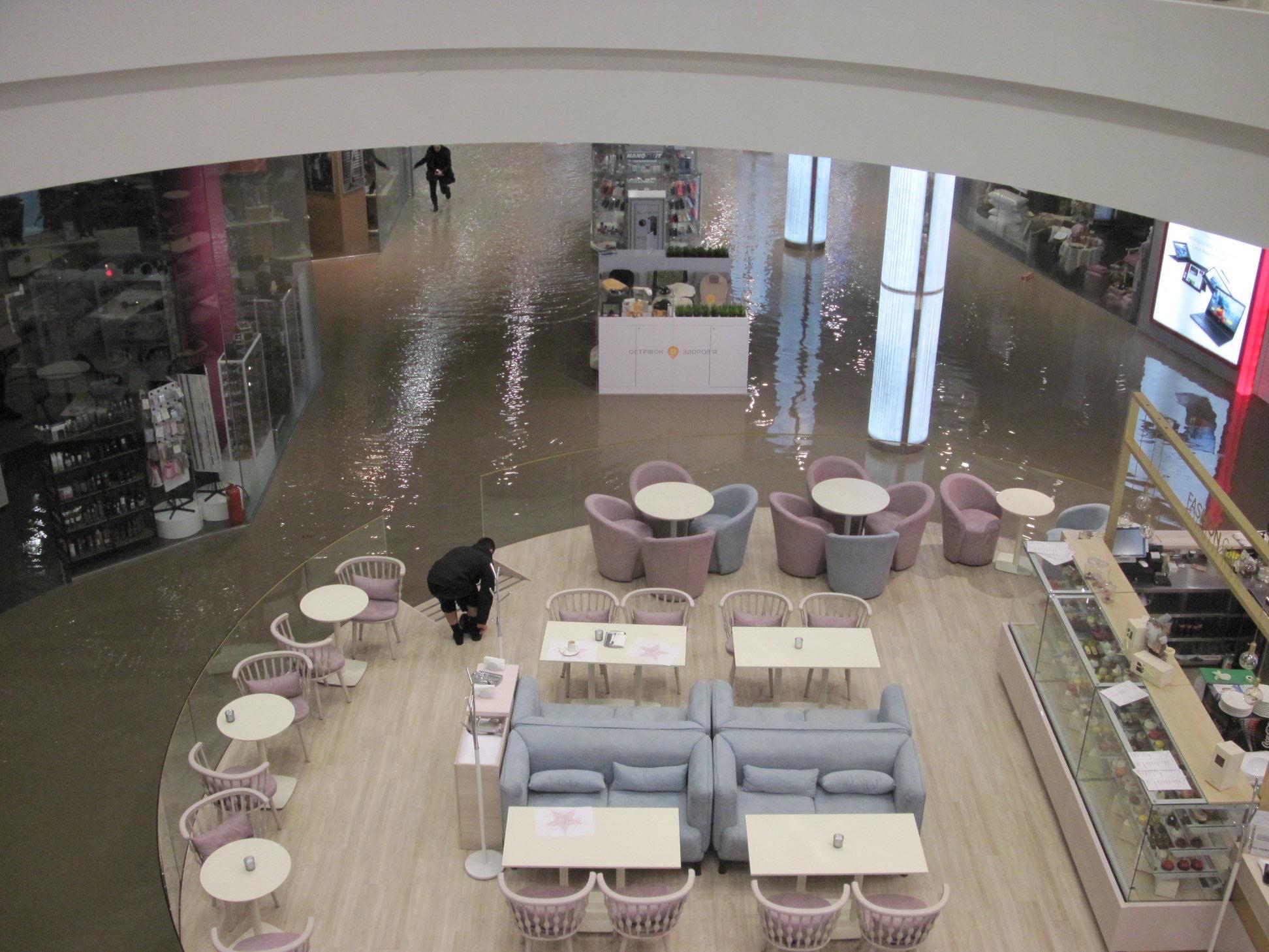В известном всем торговом центреOcean Plaza затопило весь нулевой этаж и парковку