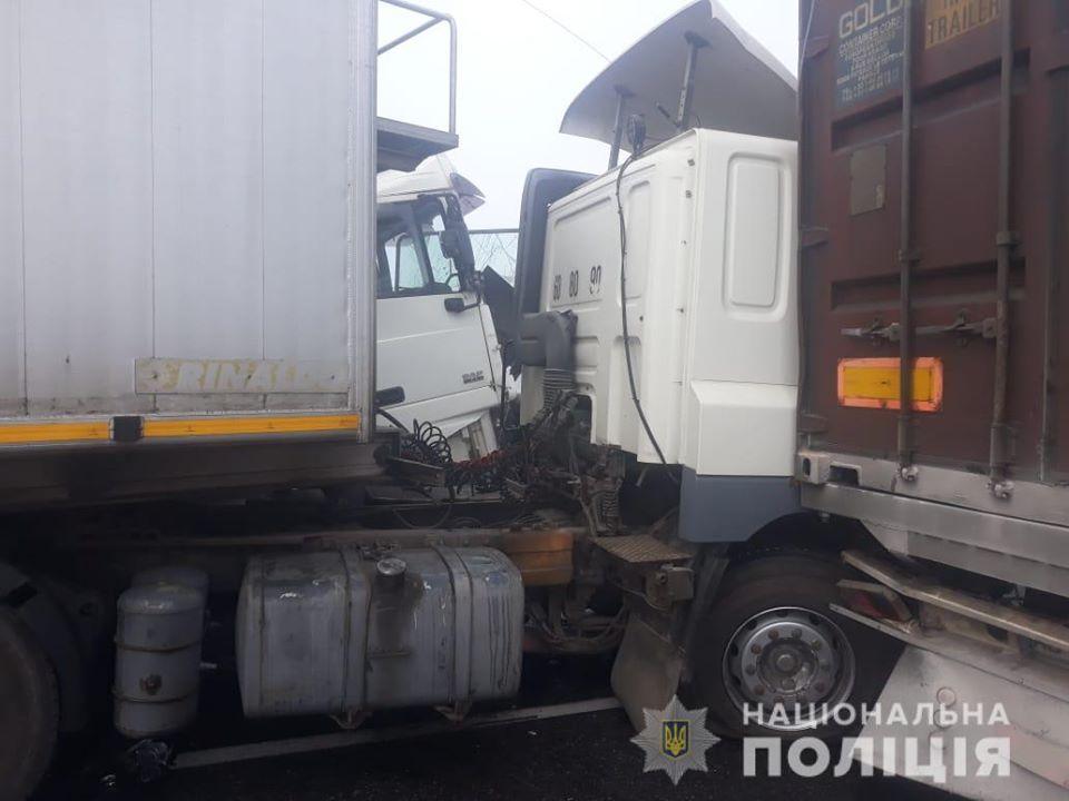 """На трассе """"Одесса-Киев"""" столкнулись 11 машин, среди которых автобус с пассажирами, грузовики и легковые"""