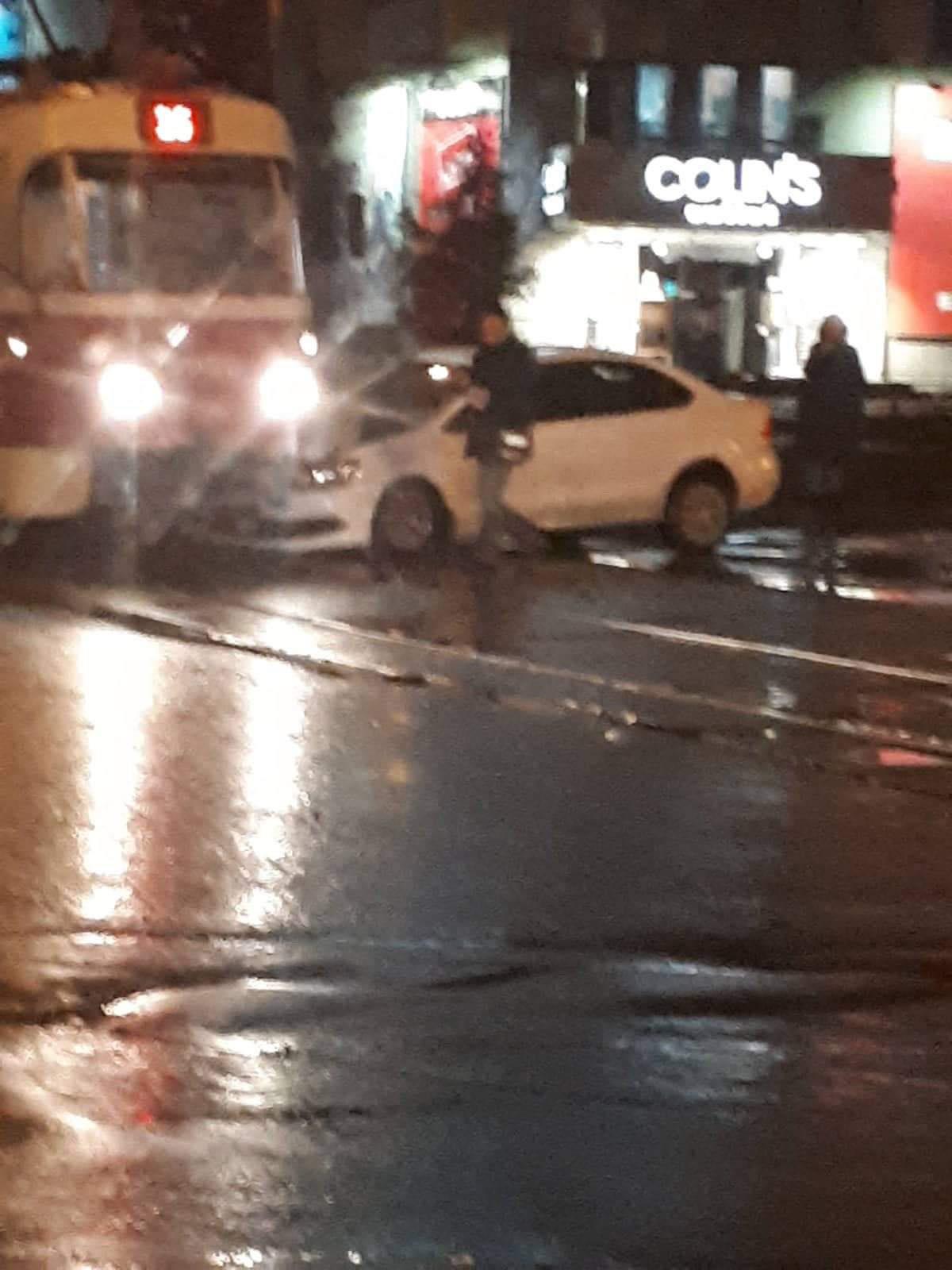 В Киеве на Куреневке девушка на Volkswagen въехала под трамвай