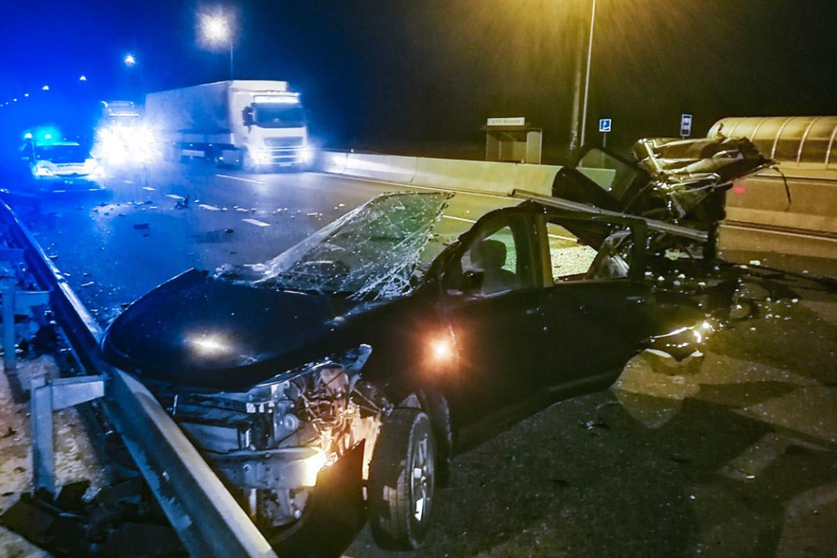 Renault Logan врезался в отбойник, от чего его разорвало пополам