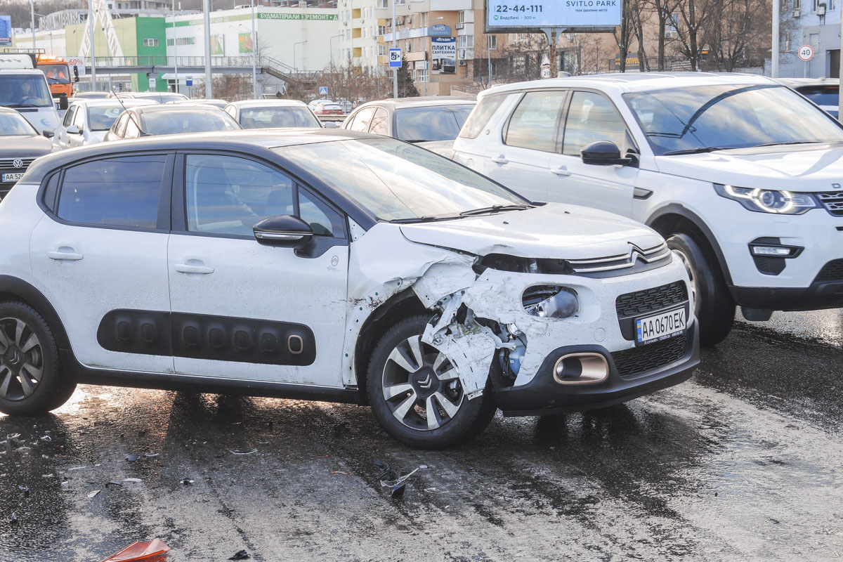 На улице Саперно-Слободской, 25 произошло массовое ДТП с участием пяти автомобилей