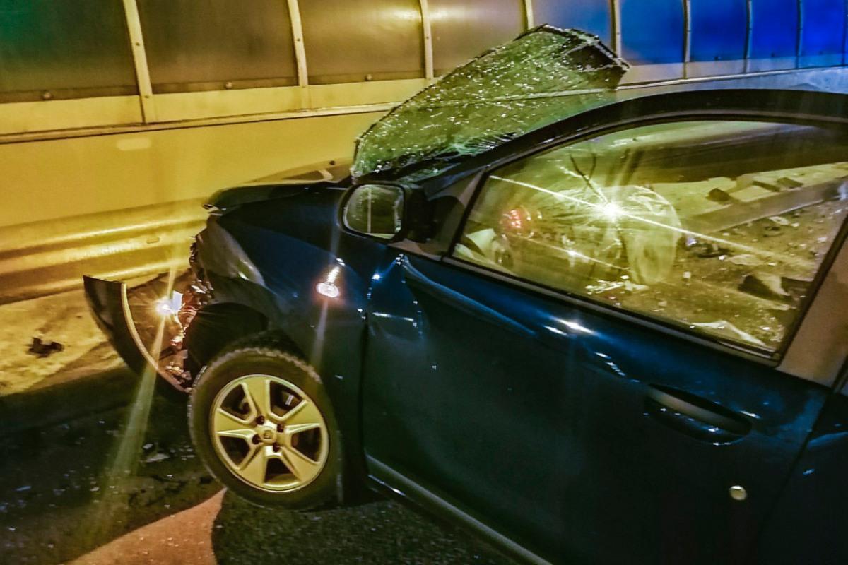 Из-за удара с отбойником автомобиль разорвало пополам